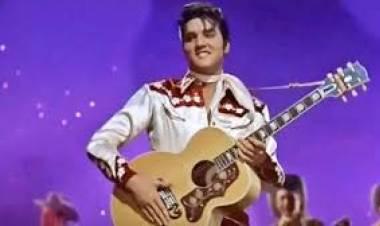 El 8 de julio de 1957 Elvis Presley llega al número uno de Billboard con 'Teddy bear'