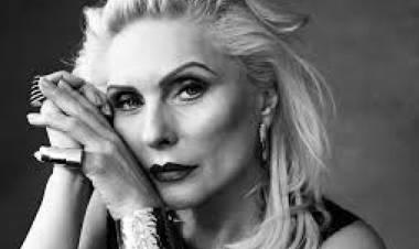 El 31 de julio de 1981 Debbie Harry abandona Blondie.