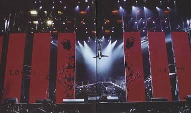 El 2 de agosto de 2003 Robbie Williams realiza la grabación de Live at Knebworth