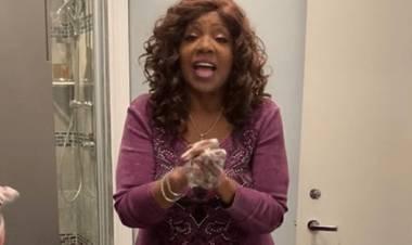 """Gloria Gaynor muestra cómo lavarse las manos mientras canta """"I Will Survive"""""""