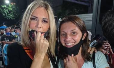 Betina Florito, compartió un momento de la vigilia, frente al Congreso Nacional, con la periodista Viviana Canosa