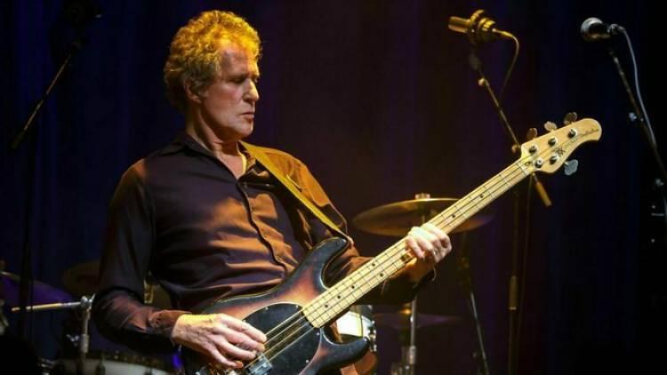 El 24 de junio de 1949 nace John Illsley integrante de Dire Straits