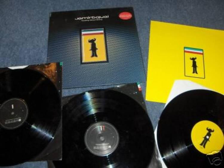 """El 28 de agosto de 1996 Jamiroquai lanza el disco """"travelling without moving"""""""