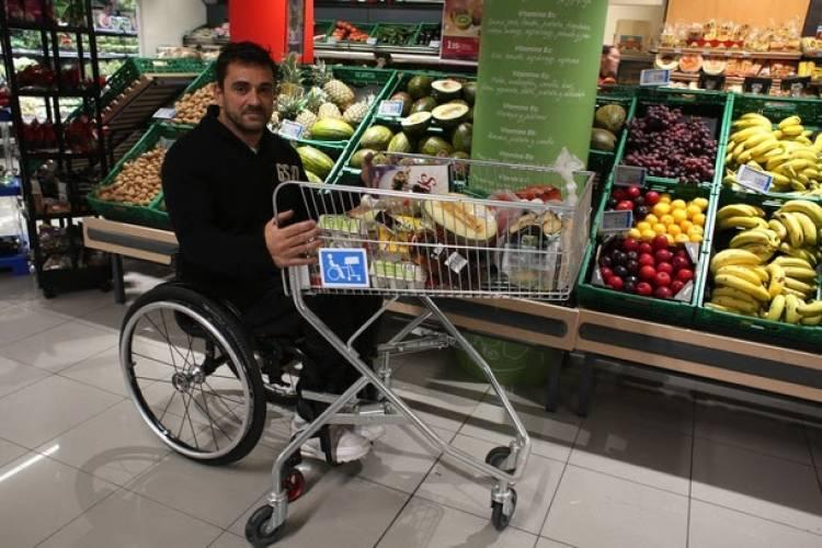 Solicitan que los supermercados tengan changos y canastos adaptables a sillas de ruedas